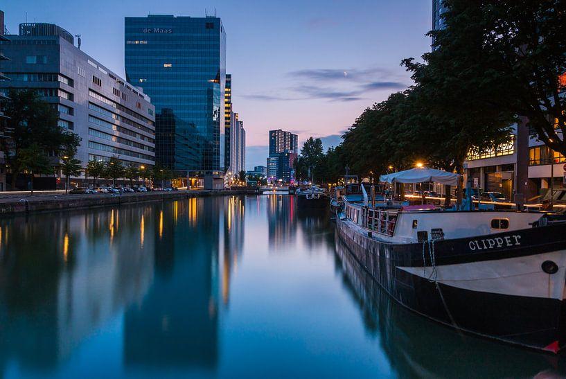 Scheepmakershaven Rotterdam in het blauwe uur van Ilya Korzelius