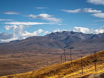 Elektrizitätsmasten auf dem Tekapo-Plateau in Neuseeland von Rik Pijnenburg