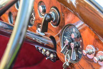 Volant et tableau de bord d'une Bentley des années 1930. La voiture est exposée lors des Classic Day