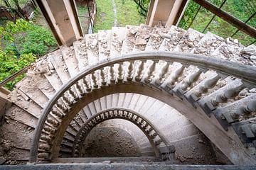 Verlassenes Treppenhaus aus Beton. von Roman Robroek