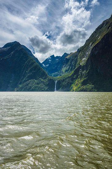 Bergen en waterval in Milford Sound, Nieuw Zeeland van Ricardo Bouman | Fotografie