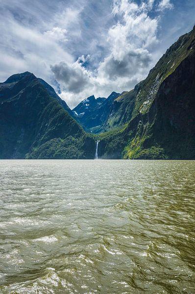 Bergen en waterval in Milford Sound, Nieuw Zeeland
