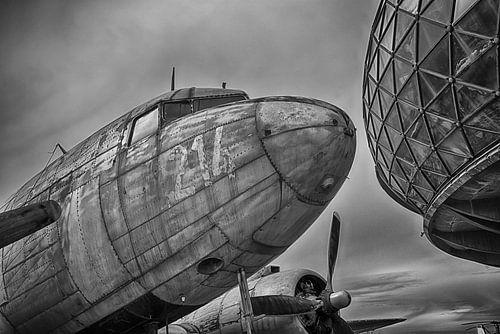 Oud verweerd vliegtuig (DC-47) van