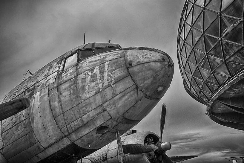 Oud verweerd vliegtuig (DC-47) van Tammo Strijker