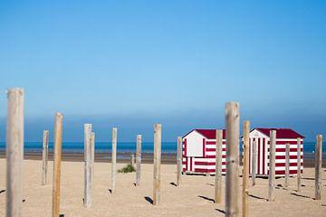 Twee rode strandhuisjes van Evelien Oerlemans