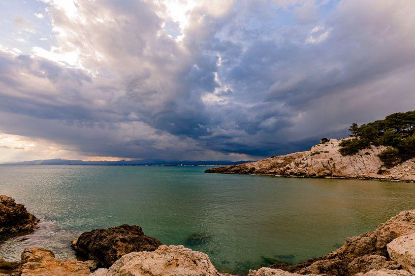 Onweerswolken boven Salou in Spanje van Remco Bosshard