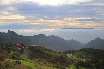 Uitzicht over het Anagagebergte naar het eiland Gran Canaria van Ines Porada