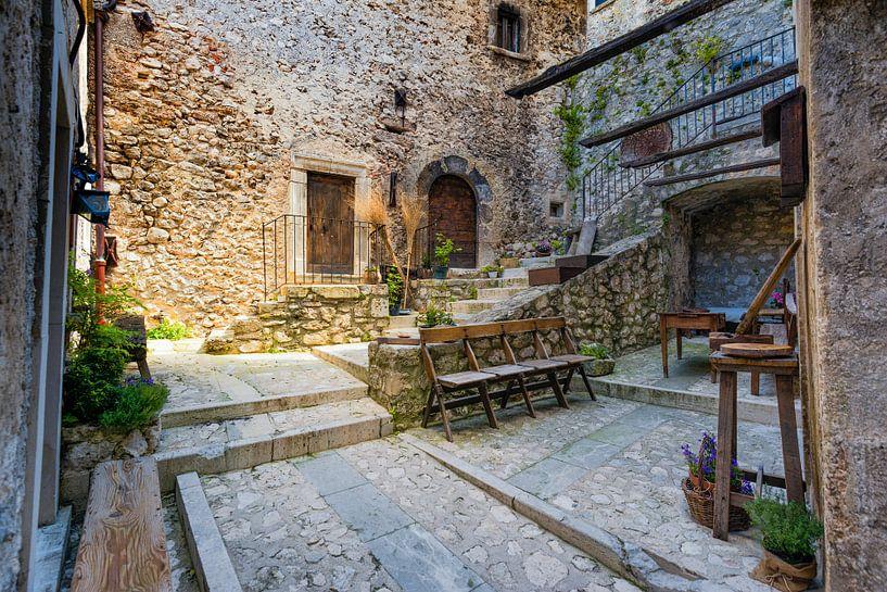 Binnenplaats Italiaans bergdorp van Jenco van Zalk