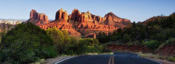 """een typisch amerikaans western landschap.  een stuk verlaten Highway met een mooi landschap in de achtergrond. De berg die je ziet is genaamd """"Catherdral Rock"""" en is gelegen nabij de plaats Sedona in de staat Arizona in het westen van de USA"""