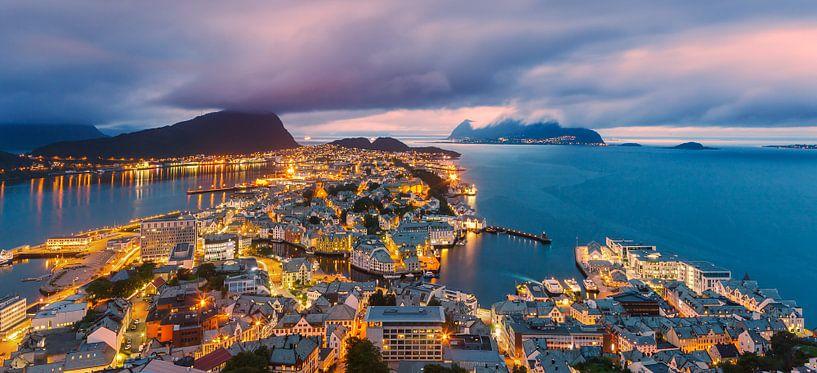 Sunset at Alesund, Norway van Henk Meijer Photography