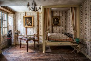 Himmelbett in verlassenem Chateau