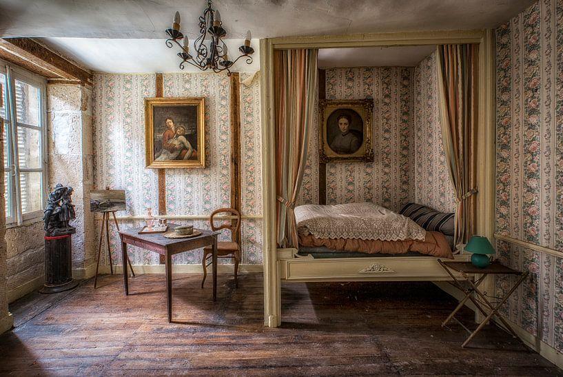 Himmelbett in verlassenem Chateau von Kelly van den Brande