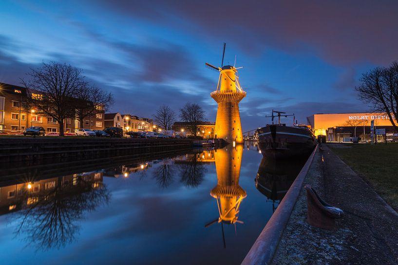 Nolet molen Schiedam in het blauwe uur van Ilya Korzelius