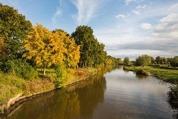 Enger holländischer Fluss in der Herbstsaison von Ruud Morijn