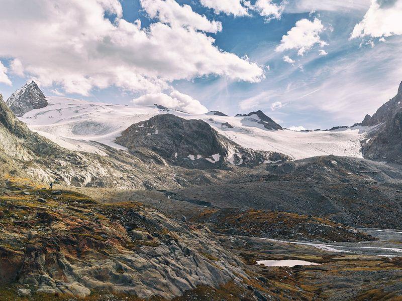 Small people, big mountains van Lumi Toma