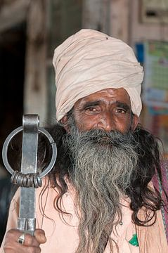 India: Gelovige met witte tulband (Jorawarpur) van Maarten Verhees