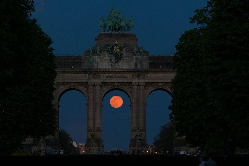De volle maan onder het monument van het Jubelpark van Jim De Sitter