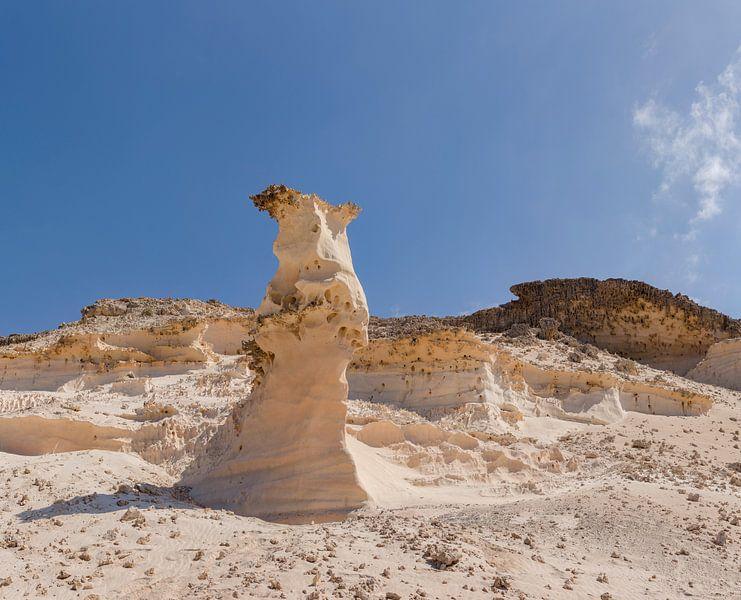 Eenzame zandsteen pilaar, La Pared, Fuerteventura, Canary Islands, Spanje van Rene van der Meer