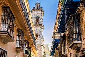 Kerktoren in Havana, Cuba van Joke Van Eeghem