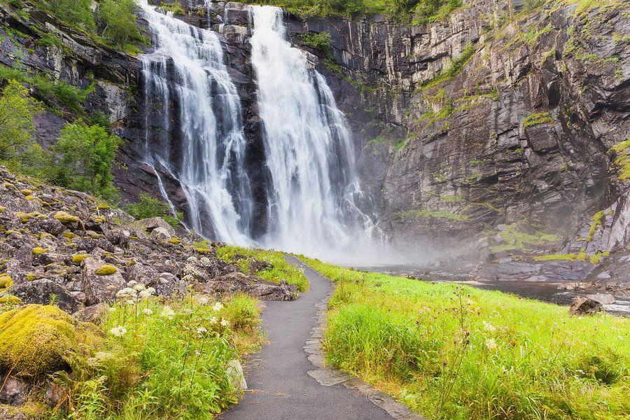 De Skjervsfossen waterval bij Vossevangen in Noorwegen van Evert Jan Luchies