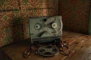 Een kapotte bandrecorder in een verlaten huis