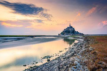Die weltberühmte mittelalterliche Abteikirche Mont Saint-Michel in der Normandie, Frankreich. von Gijs Rijsdijk