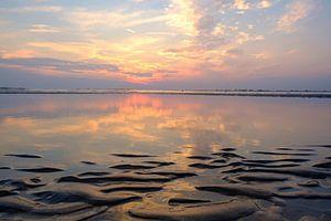 Zomerse zonsondergang op het Noordzeestrand van Noord Holland bij Bloemendaal aan Zee