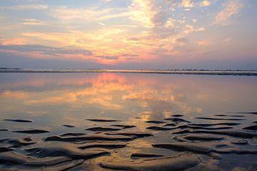 Coucher de soleil d'été à la plage de sable de la côte de la mer du Nord sur Sjoerd van der Wal