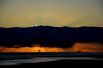 Ameland-Bohranlagen bei Sonnenuntergang von Greetje Dijkstra