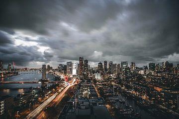 Dunkle Wolken über Rotterdam von MAT Fotografie