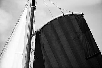 Skûtsje zeilen op het Skutsje van Heerenveen in zwart wit van Sjoerd van der Wal