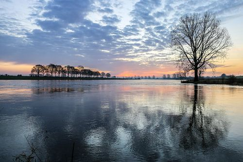 Kille zonsopkomst aan de Maas