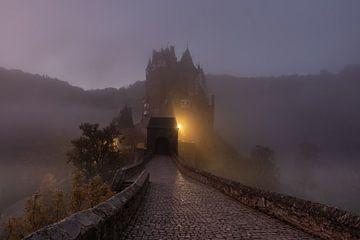 Neblige Burg Eltz von Jan Koppelaar
