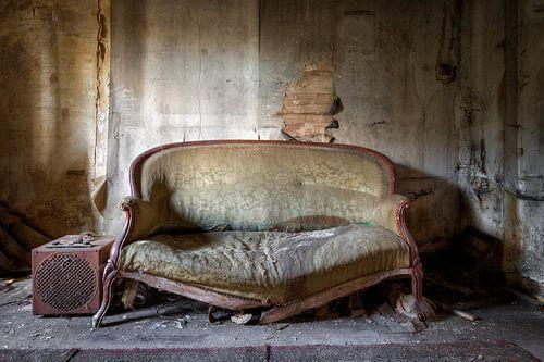 sofa in  verval van Kristof en Petra