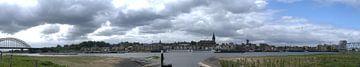 Skyline panorama Nijmegen in kleur van Lonneke Klomp