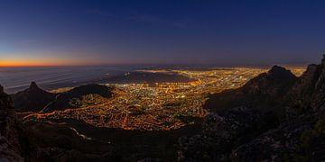 Panorama de Cape Town la nuit sur Dennis Eckert