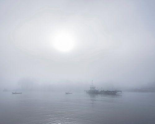 veerpont op rivier de lek bij culemborg in dichte mist