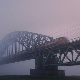 Spoorbrug in de mist van Eddy Westdijk