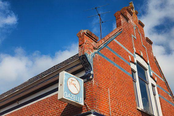 Gazelle uithangbord aan oude gevel in Winsum, Groningen