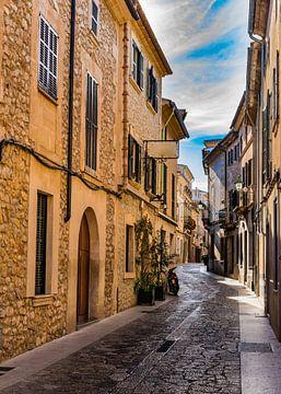 Smalle straat bij de mediterrane stad Pollensa op Mallorca van Alex Winter