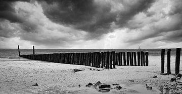 Sturm an der Küste von Zeeland, Zoutelande in schwarz und weiß von Marjolein van Middelkoop