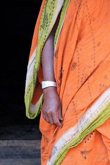 Oranje sari met armband