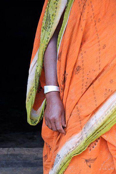 Oranje sari met armband van Johan Michielsen