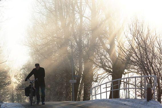 fietser op een winterse dag