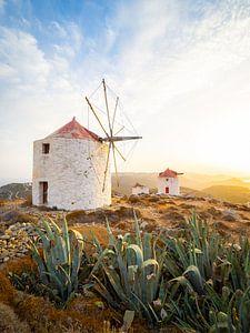 Zonsondergang bij de windmolens van Chora op het eiland Amorgos - Cycladen, Griekenland van Teun Janssen
