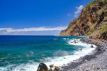 Golven op de kust van Madeira eiland in Portugal in Jardim do Mar. van Sjoerd van der Wal