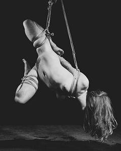 Nackte Frau gefesselt in Bondage-Stil mit Seil. #K0486