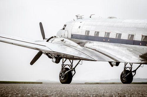 Vintage Douglas DC-3 Propeller Flugzeug bereit zum Start von Sjoerd van der Wal