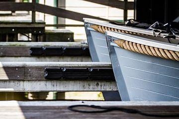 Holzsegelboote mit dicken Seilen an der Seite von Jan van Dasler