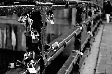 Lovelocks on bridge Amsterdam van Sanneke van den Berg